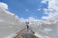 utmanande berg, vägar och transporter arkivfoton