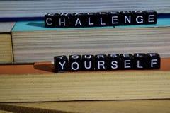 Utmaning själv på träkvarter Motivation- och inspirationbegrepp arkivbild