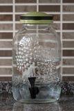 Utmatare för Vitage Glass vattenflaska med klappet och locket Royaltyfria Foton