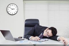 Utmattad caucasian arbetare som i regeringsställning sover Arkivfoto