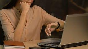 Utmattad dam som förhalar och har plötsligt idén som arbetar för stopptid lager videofilmer