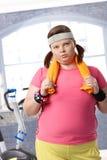 Utmattad fet kvinna på idrottshallen Arkivbilder
