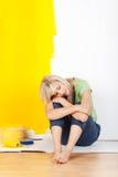 Utmattad kvinna som tar ett avbrott från att dekorera arkivbild
