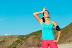 Utmattad kvinnlig löpare som overtraining Fotografering för Bildbyråer