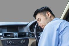 Utmattad man som sover i bilen Royaltyfri Foto