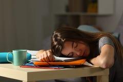 Utmattad student som sent hemma sover - natt Royaltyfri Fotografi