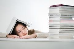 Utmattad tonåringflicka som tröttas av att lära Arkivbilder