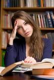 Utmattad ung student. Arkivfoto