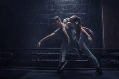 Utmattade unga dansare i dancehallen Fotografering för Bildbyråer