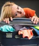 Utmattat emballagebagage för ung kvinna royaltyfri foto