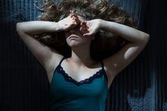 Utmattat kvinnalidande från sömnlöshet Arkivfoton