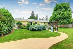 Utmärkt dekorerade pergola- och blåttblommor i trädgården Fotografering för Bildbyråer