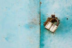 Utombords- lås eller hänglås på tappningturkosbakgrund, skyddssystembegrepp Arkivfoton