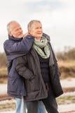 Utomhus- äldre folk för lyckliga höga par tillsammans Royaltyfri Bild