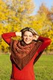Utomhus- åldrig kvinna för lycklig mitt royaltyfri foto