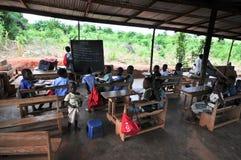 Utomhus- afrikanskt grundskolaklassrum Royaltyfri Bild