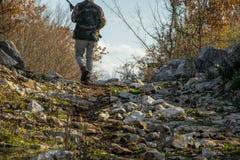 Utomhus- aktivitet - jägareman med geväret i naturen royaltyfria foton