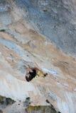 utomhus- aktivitet Ytterligheten vaggar klättringlivsstil Mannen vaggar klättraren på en klippavägg Siurana Spanien Arkivbilder