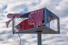 Utomhus- annonserande baner som är sönderrivet vid vinden fotografering för bildbyråer