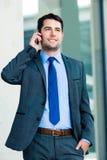 Utomhus- användande telefon för säker affärsman royaltyfria bilder