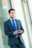 Utomhus- användande telefon för säker affärsman royaltyfri bild