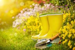 Utomhus- arbeta i trädgården hjälpmedel Arkivfoton