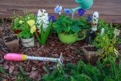 Utomhus- arbeta i trädgården hjälpmedel och blommor Fotografering för Bildbyråer
