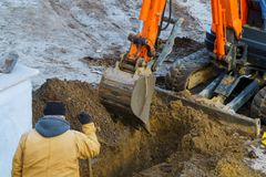 Utomhus- arbete: Grävskopa som gräver till att flytta jorden i konstruktionsutgrävningarbete royaltyfri foto