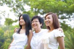 Utomhus- asiatisk familj Royaltyfri Bild