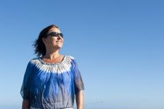 Utomhus- attraktiv mogen kvinna för stående royaltyfria foton