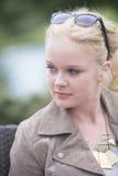 Utomhus- attraktiv säker ung kvinna Arkivbilder