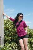 Utomhus- av ett mode som är tonårigt med kortslutningar och solglasögon arkivfoton