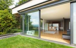 Utomhus- av ett modernt hus, trädgård Arkivfoton