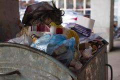Utomhus- avfallfack med matavfalls Inte sorterad avskräde, gård, stank, smörja Arkivfoton