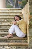 Utomhus- avkopplade stängda ögon för mogen kvinna Arkivfoto