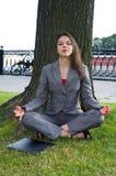 utomhus- avslappnande kvinna för affär royaltyfria bilder