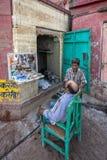 Utomhus- barberare, Varanasi, Indien Arkivfoto