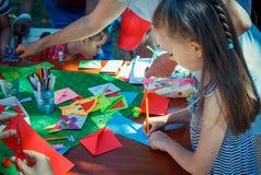 Utomhus barnaktivitet på välgörenhetfamiljfestival fotografering för bildbyråer