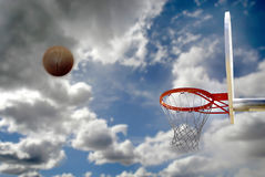 Utomhus- basket skjuten molnig Sky royaltyfri foto