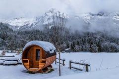 Utomhus- bastu i de snöig fjällängarna royaltyfri fotografi