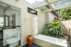 Utomhus- Bathup med duschen Royaltyfria Foton
