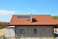Utomhus- begrepp för lösning för effektivitet för nybyggehusenergi Sol- energi, sol- vattenvärmeapparat, stupränna, takfönster, royaltyfria foton