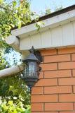 Utomhus- belysning för hus Elektrisk utomhus- huslampa på tegelstenväggen Royaltyfri Bild