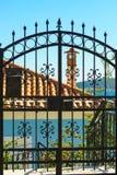 Utomhus- blått staket royaltyfri bild
