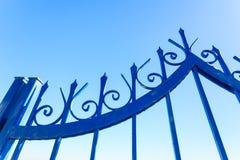 Utomhus- blått staket arkivfoton