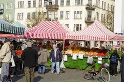 Utomhus- bondemarknad, köpande mat för folk Arkivbild