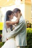 utomhus- bröllop för par Arkivbilder