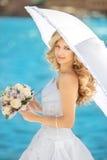 Utomhus- bröllopstående för elegant brud Härlig fästmökvinna Royaltyfri Foto