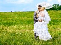 Utomhus- brud- och brudgumsommar. Royaltyfria Bilder