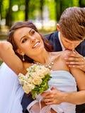 Utomhus- brud- och brudgumsommar Fotografering för Bildbyråer